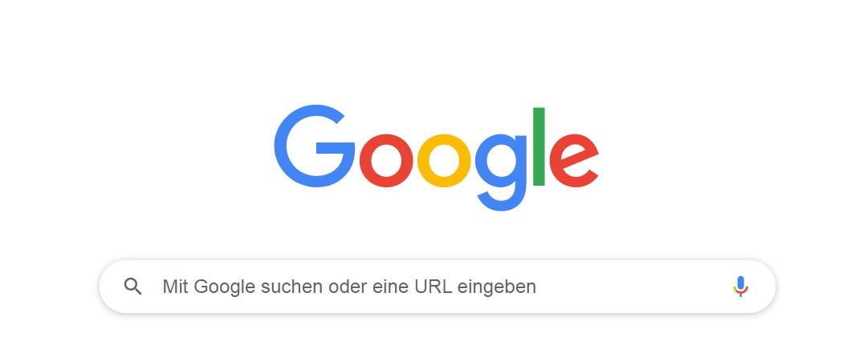 Bild vom Google Logo über dem Google Suchfeld