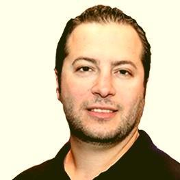 PHP Entwickler mit Poloshirt und Halbglatze